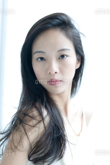 長い黒髪の女性 上半身の写真素材 [FYI01490082]