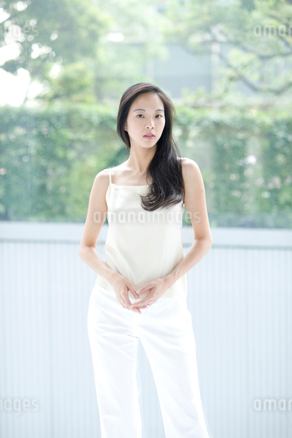 長い黒髪の女性 上半身の写真素材 [FYI01490089]