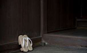 日本家屋の玄関にたてられた下駄の写真素材 [FYI01490157]