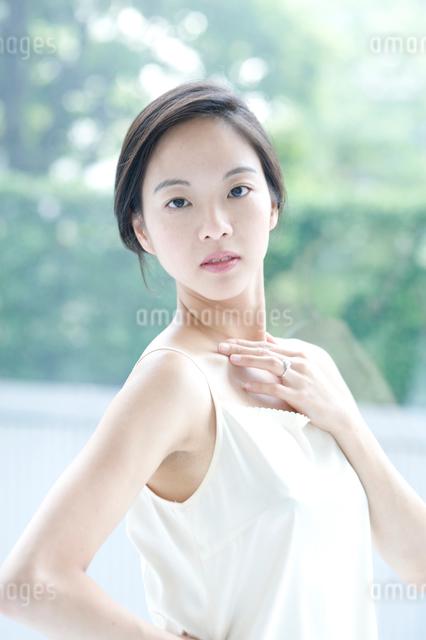 黒髪の女性の写真素材 [FYI01490169]