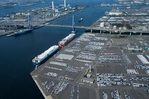 空撮:名古屋港の出荷待ちの車の写真素材 [FYI01490227]
