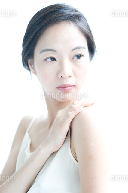 右手を左肩にのせた黒髪の女性 アップの写真素材 [FYI01490309]