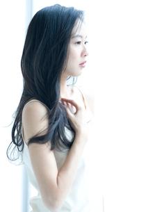 横向きの長い黒髪の女性の上半身の写真素材 [FYI01490358]