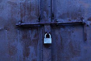 南京錠の掛かった金属性の倉庫の扉の写真素材 [FYI01490450]