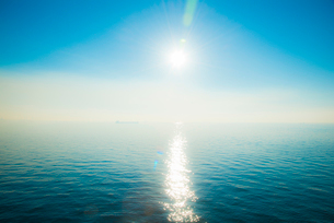 輝く海面の写真素材 [FYI01490731]