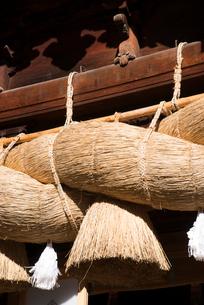 諏訪大社下社秋宮神楽殿のしめ縄の写真素材 [FYI01491033]