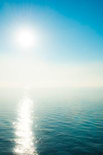 海面照らす太陽の写真素材 [FYI01491264]