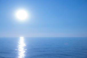 輝く海面のイメージの写真素材 [FYI01491492]