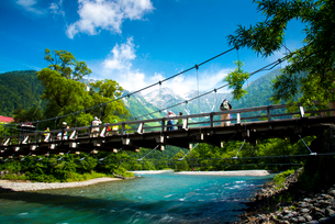 上高地河童橋と穂高連峰の写真素材 [FYI01491553]