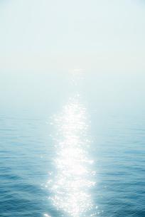 輝く海面の写真素材 [FYI01492089]