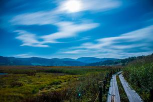 中秋の名月と霧ヶ峰高原の写真素材 [FYI01492157]