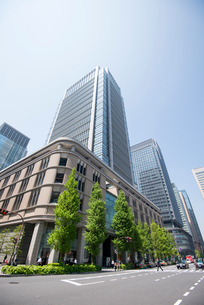丸の内ビルと丸の内ビジネス街の写真素材 [FYI01492262]