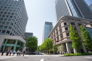 丸の内ビルと丸の内ビジネス街の写真素材 [FYI01492410]