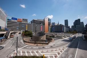 東京風景新宿駅前広場の写真素材 [FYI01492491]