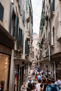 ヴェネツィア,サン・マルコ地区の路地の写真素材 [FYI01492540]