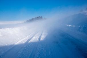 地吹雪の霧ヶ峰ビーナスラインの写真素材 [FYI01492653]