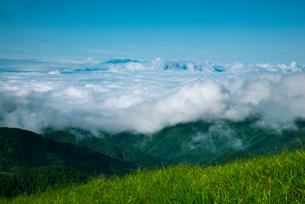 三峰山より望む雲海とアルプスの写真素材 [FYI01492719]