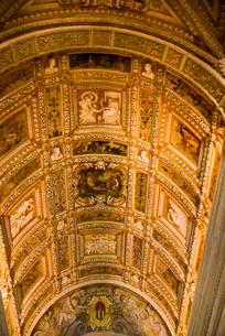 ドゥカーレ宮殿内部黄金の階段の天井の写真素材 [FYI01492754]