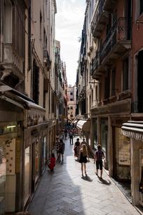 ヴェネツィア,サン・マルコ路地の写真素材 [FYI01492792]