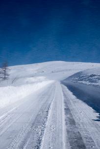 地吹雪の霧ヶ峰ビーナスラインの写真素材 [FYI01492829]