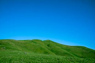 青空と三峰山の写真素材 [FYI01493083]