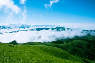 三峰山山稜と雲海に浮かぶ霧ヶ峰高原八ヶ岳連峰の写真素材 [FYI01493114]