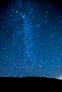 霧ヶ峰高原富士見台より北東方向夏の星空の写真素材 [FYI01493195]