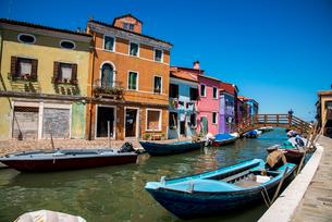 ヴェネツィア ブラーノ島運河と街並の写真素材 [FYI01493238]