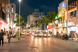 沖縄国際通りの写真素材 [FYI01493327]
