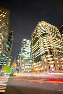 大手町ビジネス街高層ビル群夜景の写真素材 [FYI01493354]