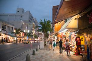 沖縄国際通りの写真素材 [FYI01493465]