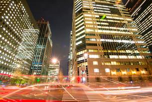 大手町ビジネス街高層ビル群夜景の写真素材 [FYI01493536]