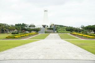 沖縄県平和祈念公園 エントランス広場沖縄平和祈念堂の写真素材 [FYI01493556]
