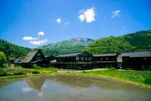 春の白川郷合掌造り集落の写真素材 [FYI01493580]