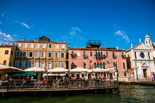 運河からヴェネツィア都市風景の写真素材 [FYI01493710]