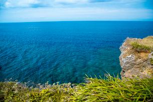 沖縄万座毛断崖と東シナ海エメラルドグリーンの海の写真素材 [FYI01493810]