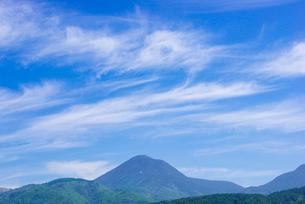 蓼科山にすじ雲の写真素材 [FYI01493817]