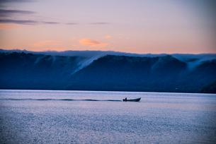 夜明の十和田湖の写真素材 [FYI01493917]