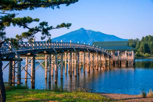 鶴の舞橋と岩木山の写真素材 [FYI01493922]