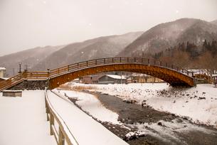 木曽の大橋雪景色の写真素材 [FYI01494080]
