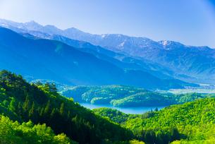 ヤナバスキー場より青木湖後立山連峰白馬岳方面を望むの写真素材 [FYI01494093]