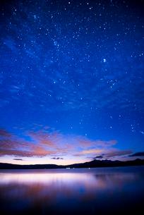 十和田湖と夏の星空の写真素材 [FYI01494098]