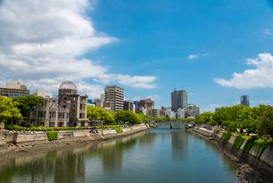 元安川と原爆ドーム広島市の街並みの写真素材 [FYI01494786]
