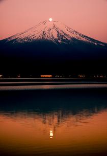 山中湖湖畔よりパール富士の写真素材 [FYI01494869]