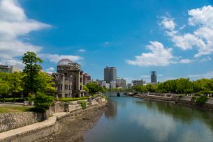 原爆ドームと広島市の街並みの写真素材 [FYI01495073]