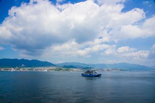 船上より瀬戸内海フェリーと本州方面の写真素材 [FYI01495255]