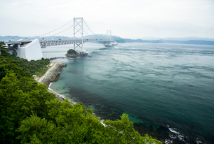 鳴門海峡と大鳴門橋の写真素材 [FYI01495301]