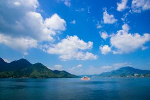 船上よりフェリーと瀬戸内海の写真素材 [FYI01495497]