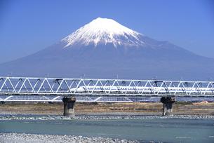 富士川橋梁を渡る下りの新幹線と富士山の写真素材 [FYI01495629]