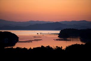 桐垣展望台より夕焼けに染まる英虞湾を望むの写真素材 [FYI01495663]